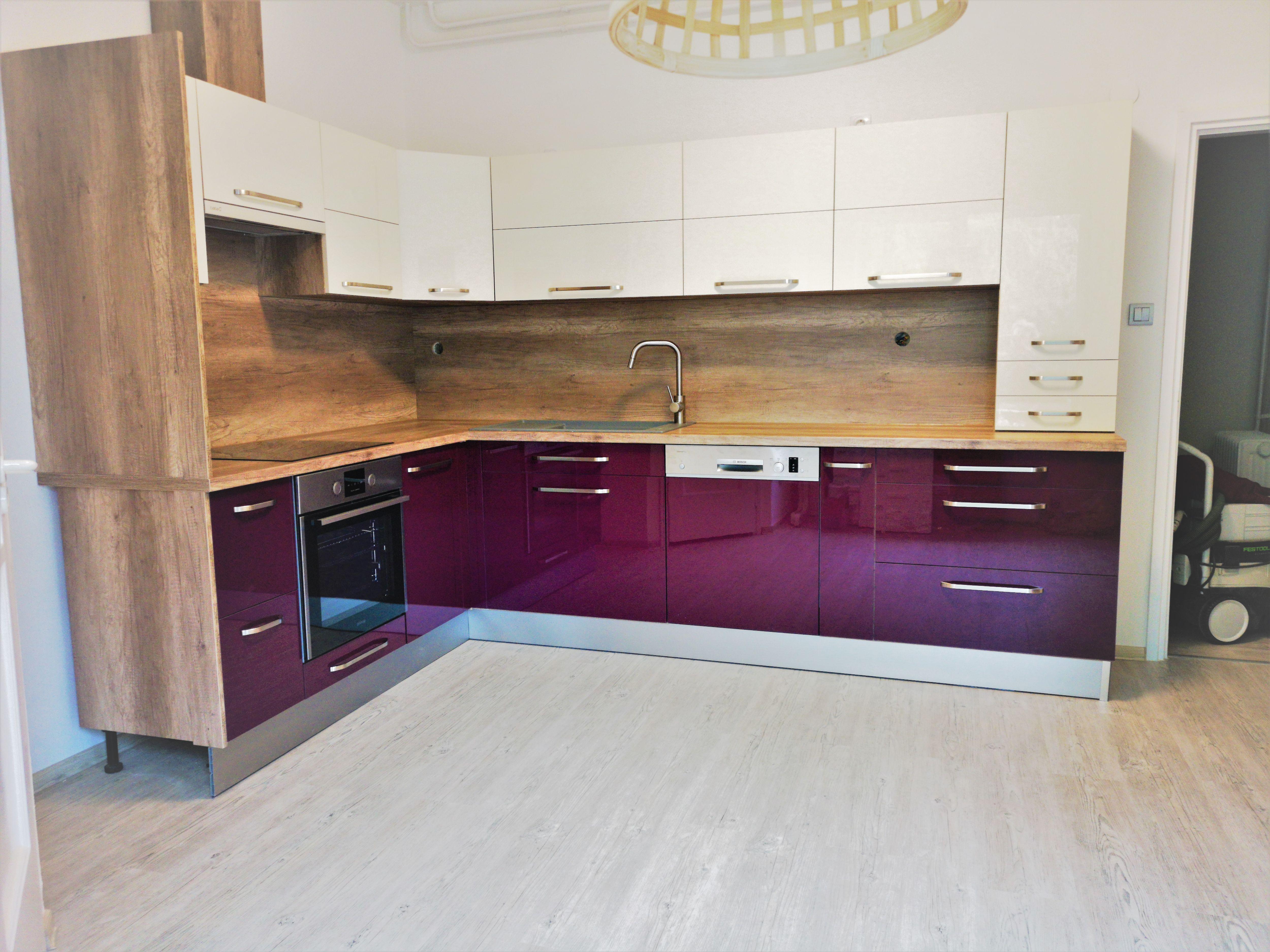 magasfényű lila konyha